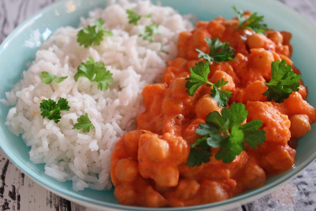 Curry z batatami i ciecierzycą
